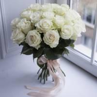 Букет 25 белых роз с лентами R550
