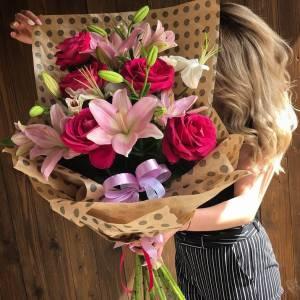 Букет красные розы и лилии с оформлением R8202