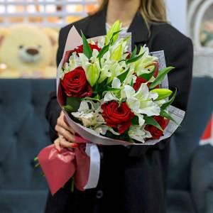 Букет красные розы и белые лилии с оформлением R1500