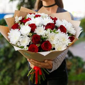 Сборный букет белые хризантемы и красные розы R1129