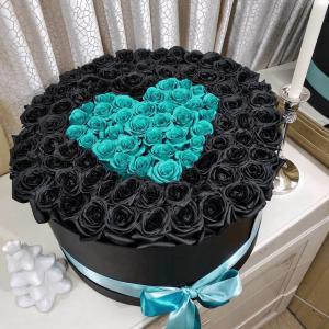 Коробка черных роз с бирюзовым сердцем R842