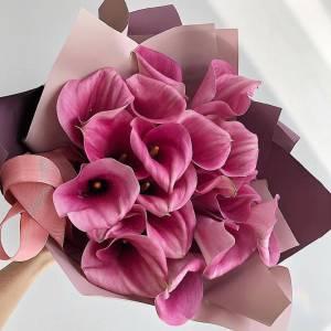 Букет 17 розовых калл с оформлением R762