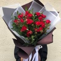Букет 9 веток красной кустовой розы с зеленью и упаковкой R419