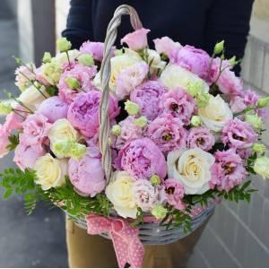 Сборная корзина с пионами и розами R957