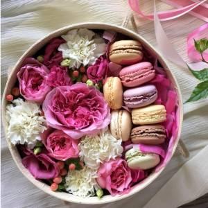Нежная коробка с пионовидными розами и макаронсами R214
