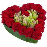Сердце из роз и орхидей R95