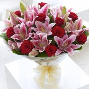 Букет красных роз и розовых лилий с упаковкой R141