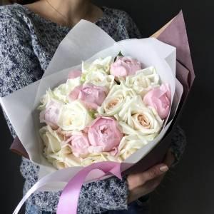 Нежный букет розовые пионы и розы в упаковке R87