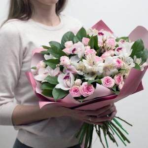 Сборный букет с орхидеями в упаковке R468