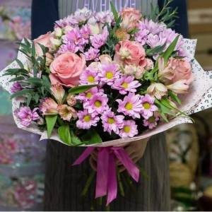 Сборный букет хризантем и розы с упаковкой R341
