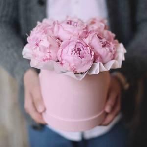Коробка 9 розовых крупных пионов R750